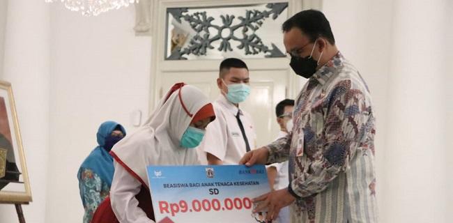 Gubernur DKI Jakarta, Anies Baswedan, memberi beasiswa secara simbolis kepada anak-anak tenaga medis yang meninggal saat bertugas menangani pandemik Covid-19/Istimewa