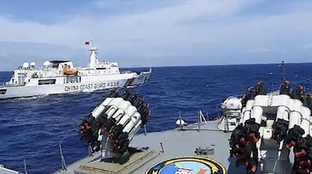KRI Tjiptadi-381 saat menghalau kapal Coast Guard China di perairan Natuna Utara