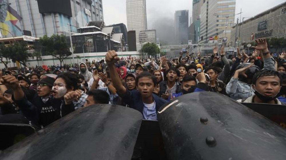 Pengunjuk rasa yang menolak pengesahan Undang-Undang Cipta Kerja melakukan berhadapan dengan polisi di kawasan Gedung Sarinah