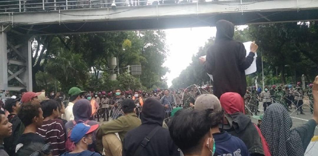 Mahasiswa Mundur, Massa Remaja Tanggung Mulai Dekati Barikade Polisi