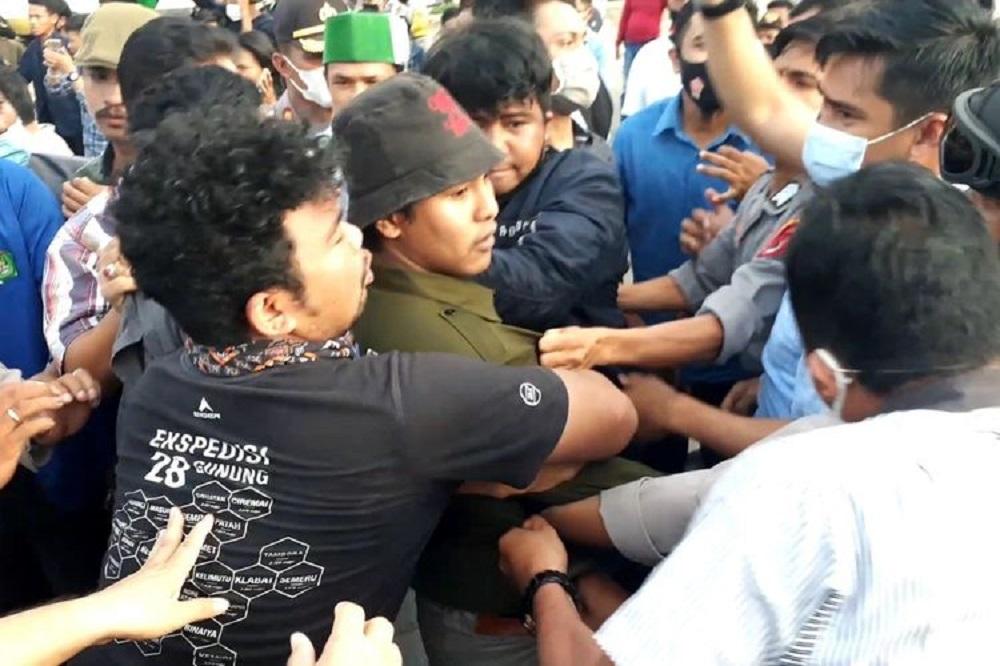 https://regional.kompas.com/read/2020/10/21/06015331/nyanyikan-lagu-yang-menyinggung-polisi-saat-demo-seorang-mahasiswa-ditangkap