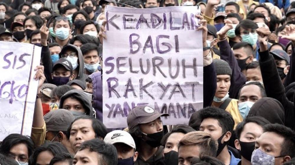 Sejumlah pengunjukrasa terlibat aksi dorong dengan polisi saat melakukan unjuk rasa menolak pengesahan UU Cipta Kerja, di Alun-alun Purwokerto, Banyumas, Jawa Tengah, Rabu (7/10/2020). (Foto: ANTARA )