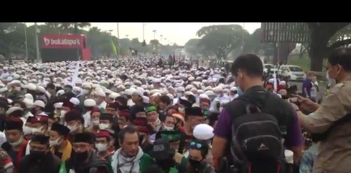 Suasana terkini Bandara Soetta, ribuan orang menyambut kepulangan Habib Rizieq