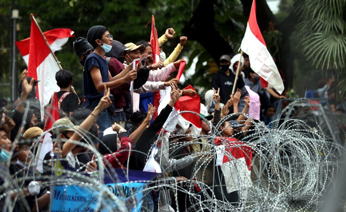 Massa dari BEM Seluruh Indonesia melakukan aksi unjuk rasa menolak UU Cipta Kerja
