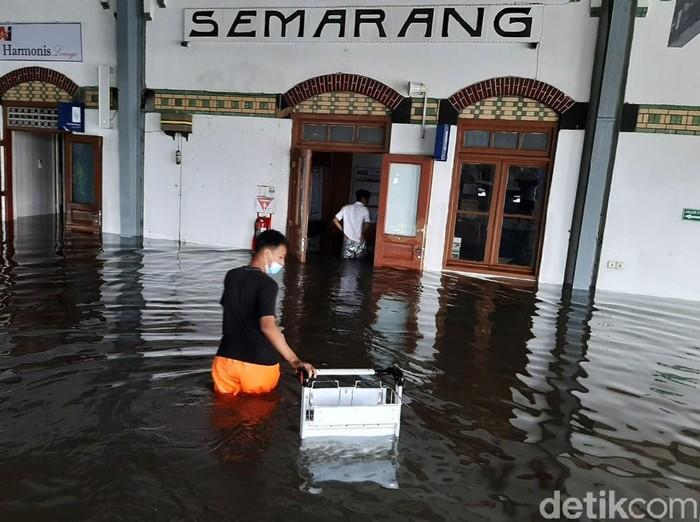 BMKG Ungkap Penyebab Genangan di Semarang: Hujan Sangat Lebat Disertai Kilat-Petir