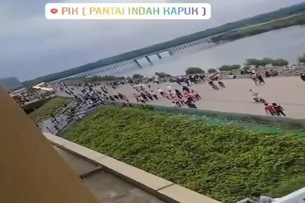 Kerumunan di Pantai Reklamasi PIK, Netizen: Tolong Pak Anies Jangan Disalahin