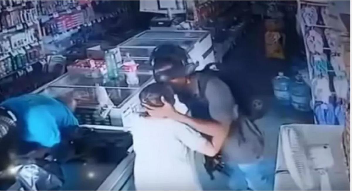 Tertangkap CCTV, Perampok Menolak Uang dari Perempuan Lansia lalu Cium Keningnya