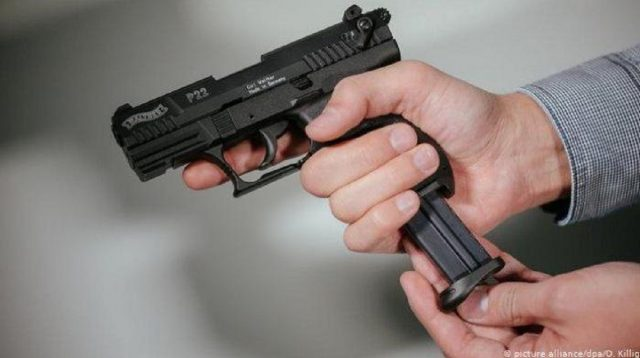 Seorang Polisi Acungkan Pistol pada Massa Buruh, Peserta Menolak saat Diminta Berpindah Tempat