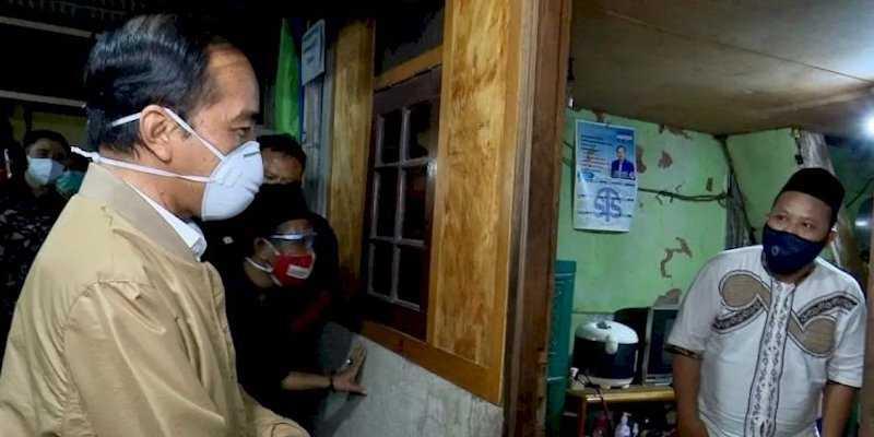 Blusukan Ke Sunter Agung, Jokowi Bagikan Langsung Sembako Dan Obat Gratis