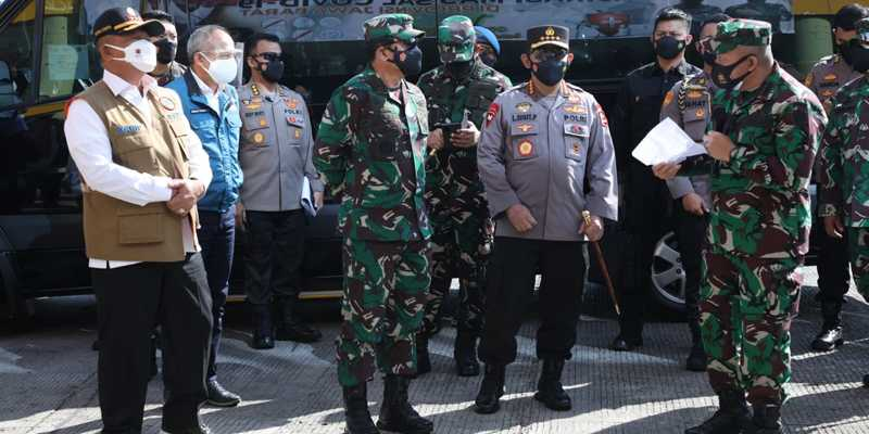 Panglima TNI Dan Kapolri Tinjau Sentra Vaksinasi Dan Penerapan PPKM Darurat Di Kota Bandung