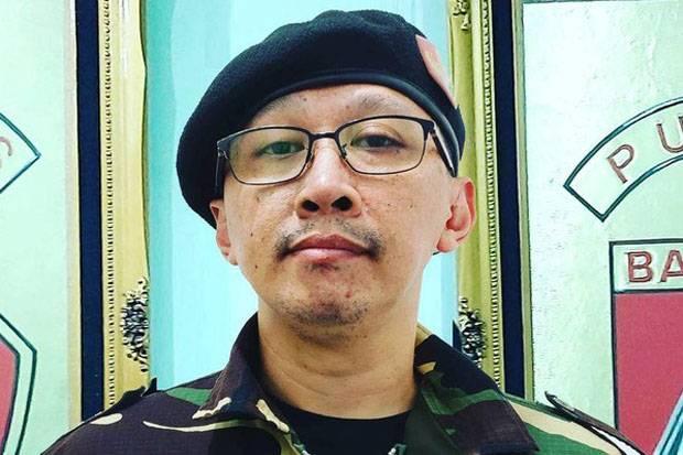 Unggah Foto Isoman dengan Tangan Terinfus, Abu Janda: Varian Baru Lebih Ganas
