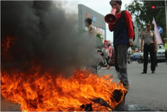 Tutup Jalan hingga Bakar Ban, Mahasiswa Muhammadiyah Minta Pemerintah Mundur: Jokowi-Ma'ruf Gagal Total!