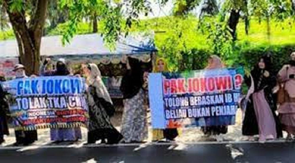 Ibu-ibu Pencinta HRS di Lampung Sambut Jokowi dengan Poster 'Bebaskan HRS', Langsung Dibawa ke Kantor Polisi