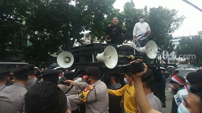 Ricuh saat Geruduk DPRD, Demo Dukung Interpelasi Anies Dibubarkan Polisi