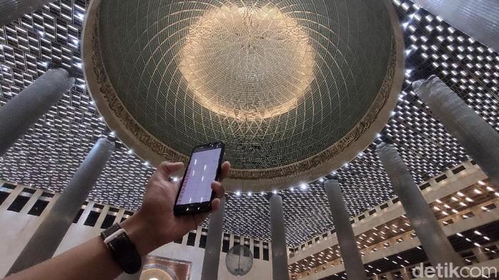 Viral Lampu Ruang Ibadah Masjid Istiqlal Warna-warni seperti Lampu Disko