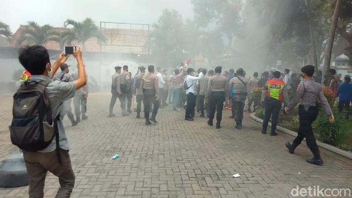 Demo Anggaran Perdin DPRD Pandeglang Ricuh, 6 Mahasiswa Diamankan Polisi