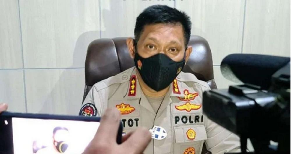 Polisi Bantah Tahan Pria Pembentang Poster saat Jokowi ke Blitar